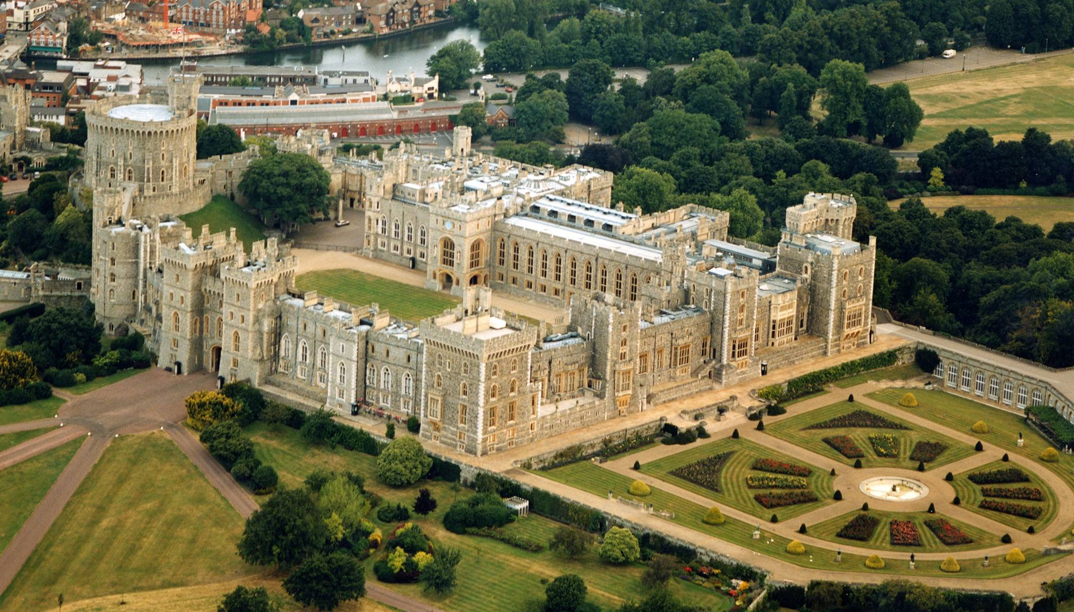 windsor castle 2 - Luxury Chauffeur Driven Tours: The Best Way to See London Castles